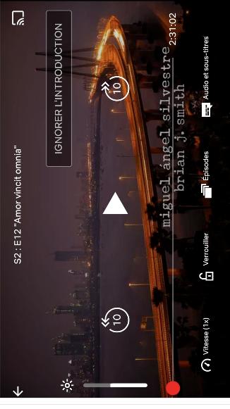 Capture d'écran de Netflix. L'image est affichée au format vertical, mais la vidéo s'affiche au format horizontal : il faut pencher la tête pour la voir.